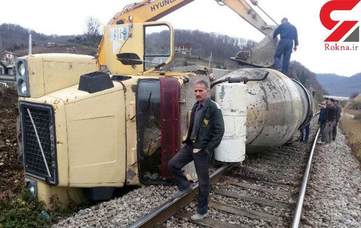 واژگونی کامیون سیمان روی ریل راه آهن