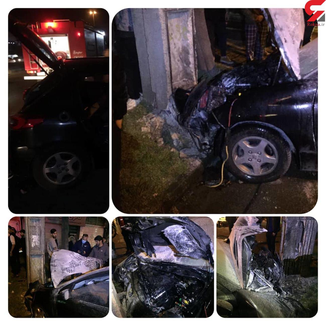 خودروی 206 پس از برخورد با تیر چراغ برق در آتش سوخت