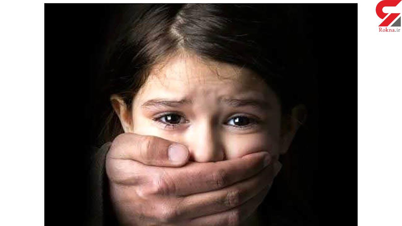 کودکی را در کاشان به زنجیر کشیده بودند / پدر کودک آزار فراری است !