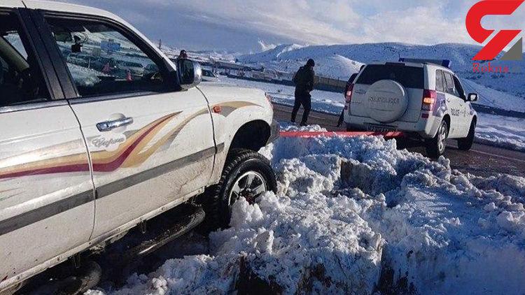 خدمت زیبای پلیس راه فارس در کمک به مردم گرفتار در برف +تصاویر