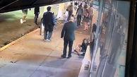 فیلم لحظه درگیری وحشیانه و خیابانی یک مرد و زن  / زن جوان با مشت مردی نقش بر زمین شد + تصاویر