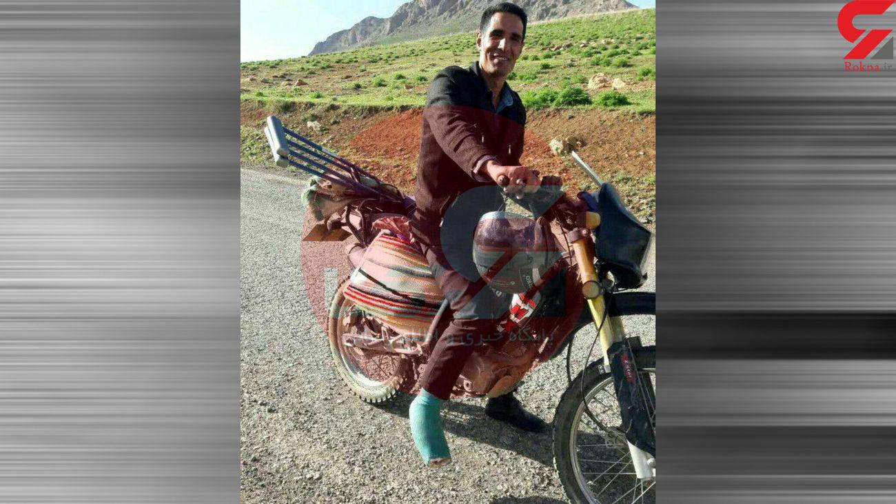 معلم با پای گچ گرفته سر کلاس درس / در اصفهان  + عکس