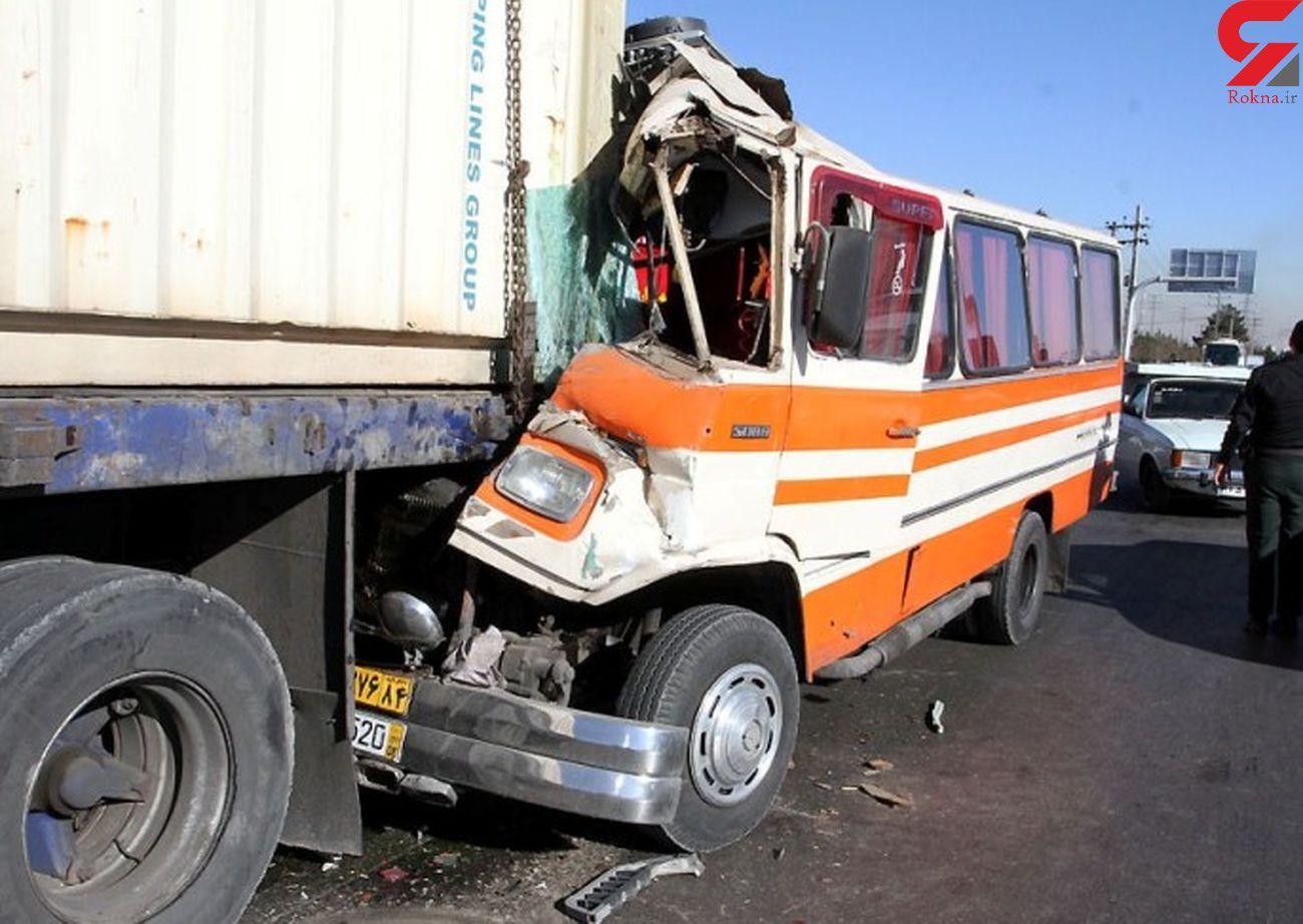 برخورد کامیون با مینی بوس 12 مجروح بر جای گذاشت