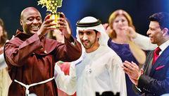 جایزه یک میلیون دلاری به معلمی که درآمدش را صرف فقرا میکند داده شد+عکس