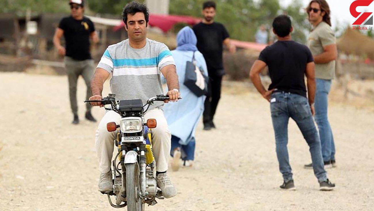 """موتور سواری منوچهر هادی در پشت صحنه فیلم """"رحمان 1400"""" + عکس"""