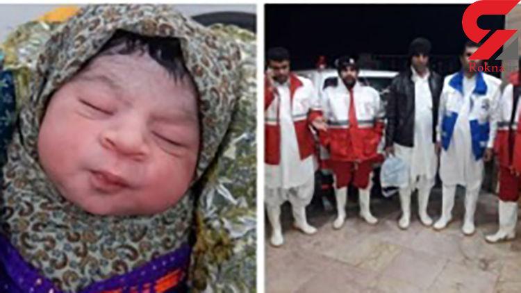 باران در باران به دنیا آمد / زایمان زن در محاصره سیلاب سیستان + فیلم