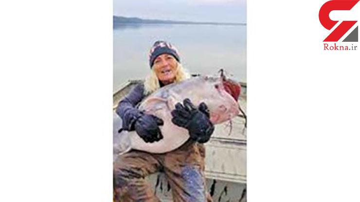 صید ماهی عجیب توسط یک زن + عکس