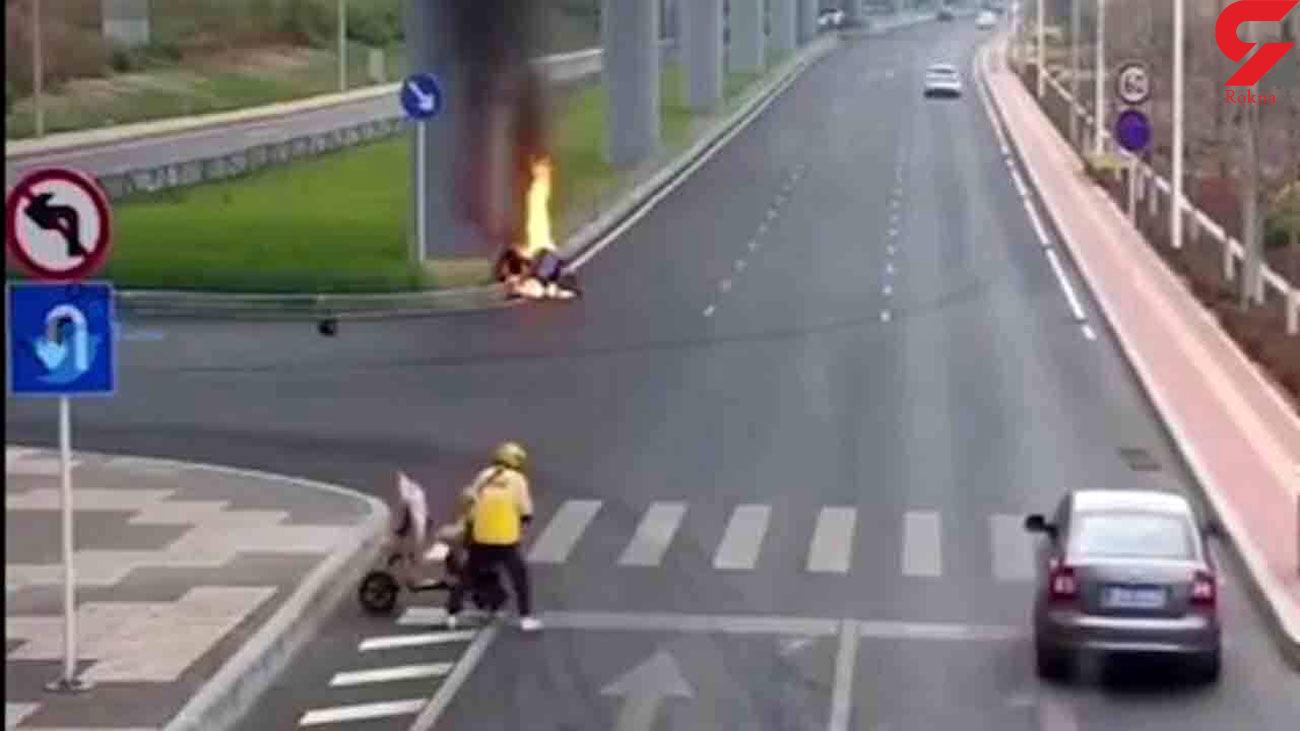 نجات ناباورانه یک پیک موتوری از زنده زنده سوختن در خیابان + فیلم
