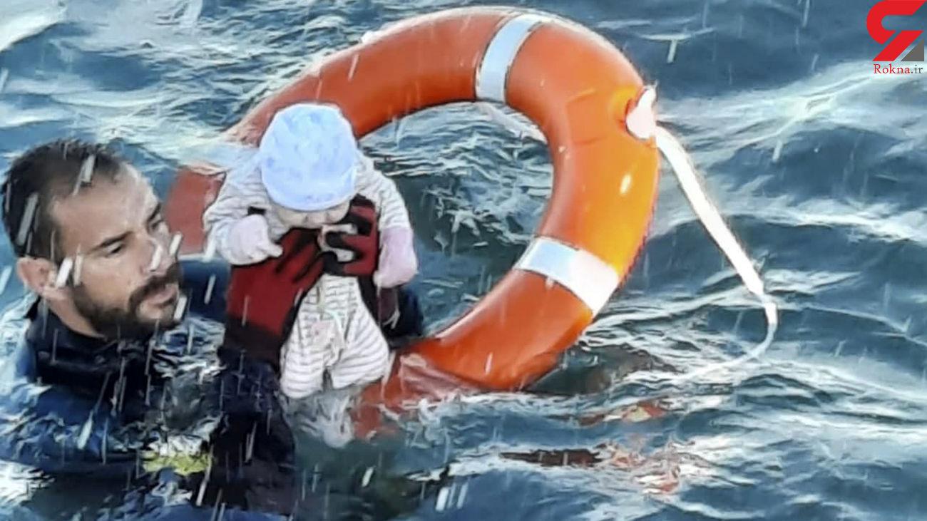 نجات یک نوزاد مهاجر از میان امواج مدیترانه توسط گارد مدنی اسپانیا