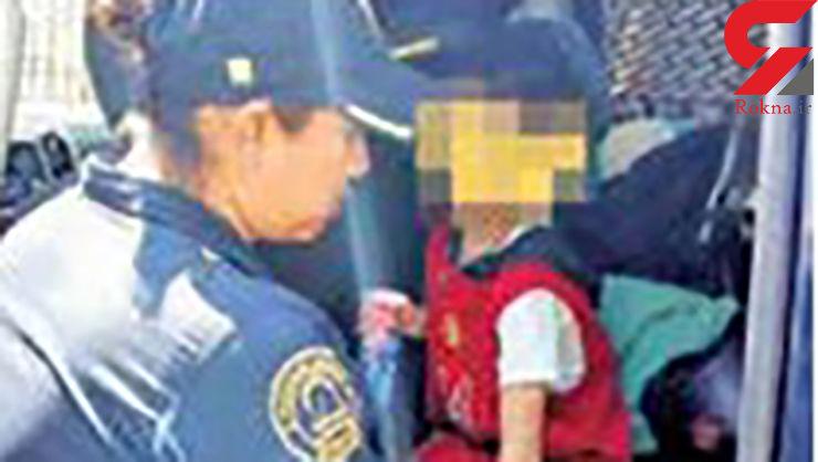 نجات پسر بچه ای که از ناحیه گردن و دست زنجیر شده / زندگی در گودالی مخوف+ عکس