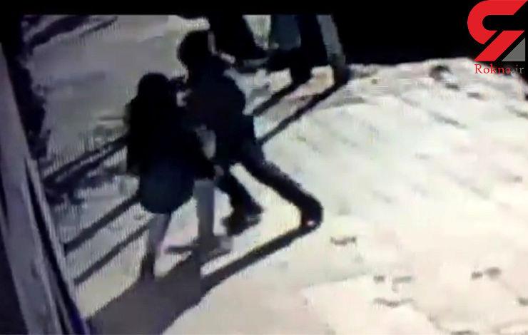 فیلم شجاعت مادرانه در جدال با مرد کودک ربا در خیابان + تصاویر