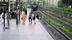 فیلم نجات جان یک زن که روی ریل راه آهن پریده بود / این زن فقط 3 ثانیه تا مرگ فاصله داشت + تصاویر