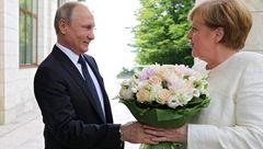 دسته گل پرحاشیه پوتین /  آلمانی ها این اقدام رییس جمهور مجرد را توهین دانستند+ عکس