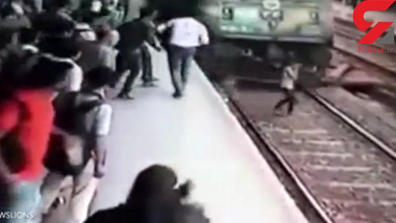 عجیب اما واقعی/ببینید دختر جوان چگونه جلوی قطار پرید و...+ فیلم