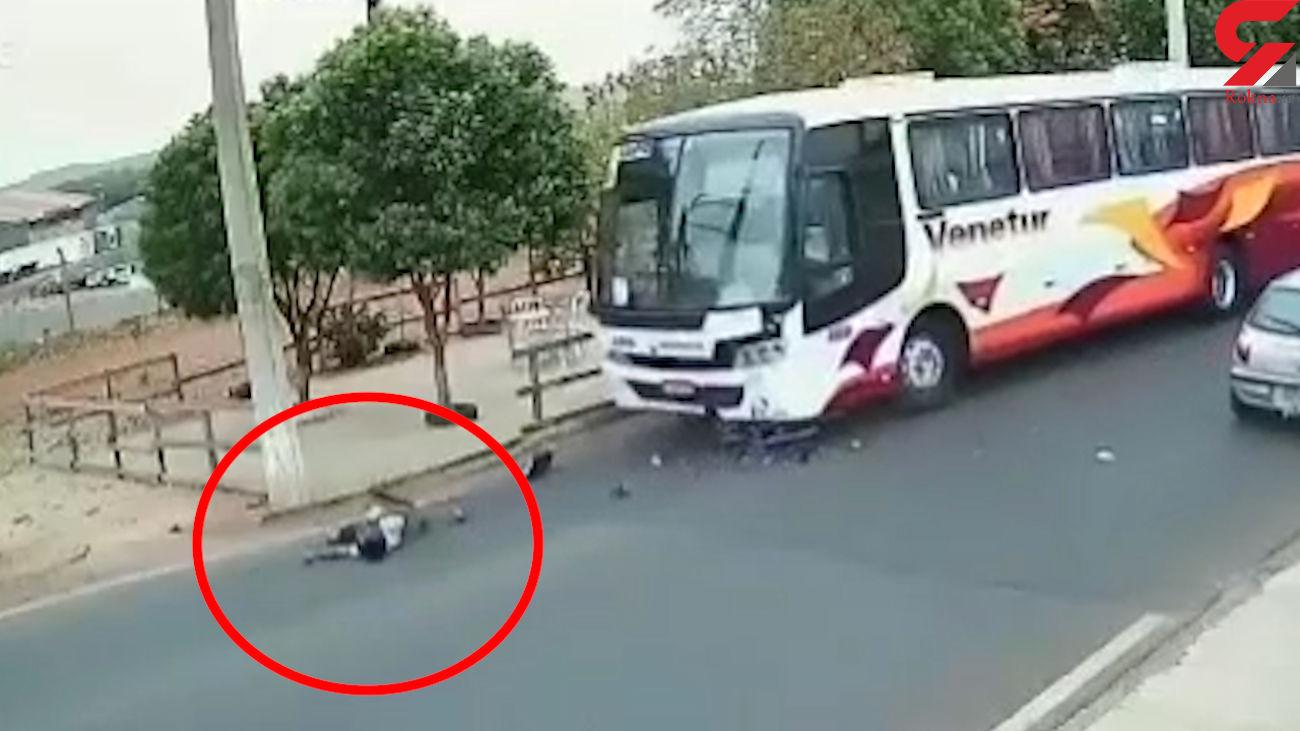 فیلم لحظه مرگ موتورسوار در خیابان / شاخ به شاخ مرگبار با اتوبوس