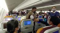اقدام عجیب یک زن برای جلب توجه در هواپیما + فیلم