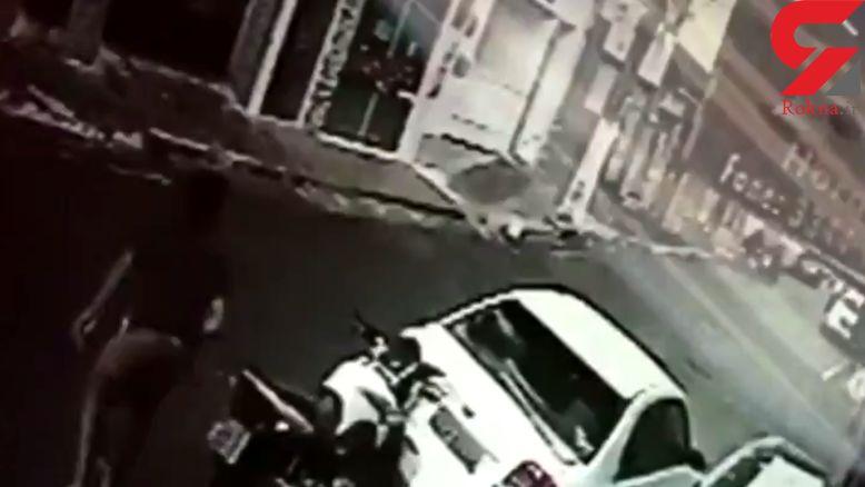 فرار راکب موتور پس از تصادف وحشتناک با خودرو + فیلم