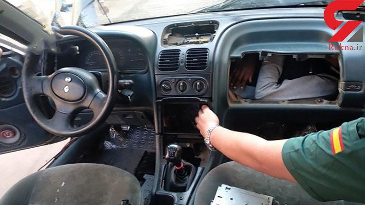 تصاویر تکاندهنده از قاچاق انسان در داخل داشبورد و موتور خودرو! + عکس