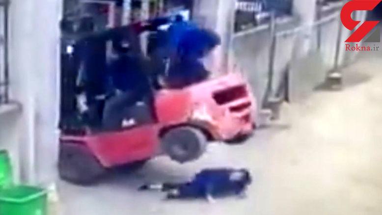 مرگ دلخراش یک کارگر زن در زیر لیفتراک + فیلم