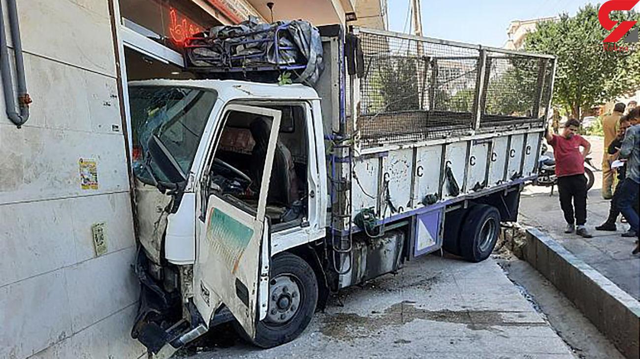 ورود سرزده کامیونت به مغازه مشاور املاک + عکس