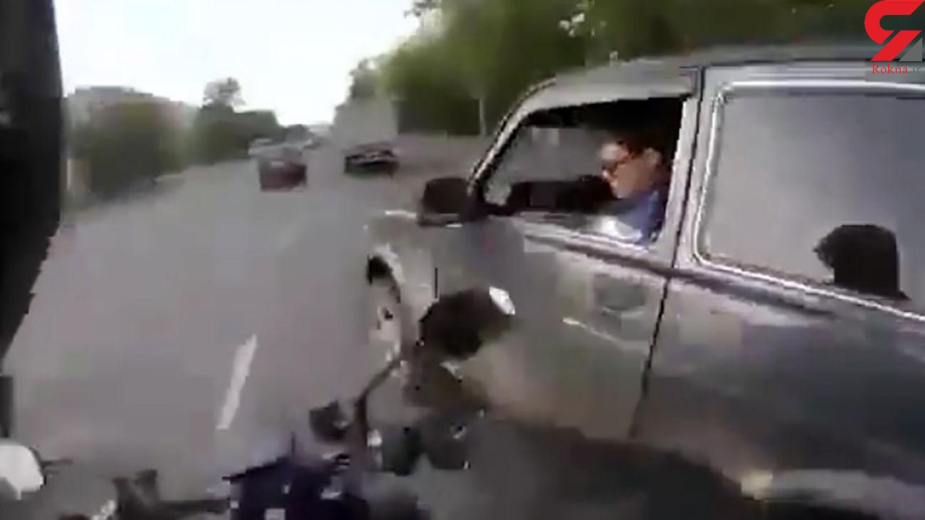 فیلم کتک کاری وحشیانه موتورسوار با راننده خودرو