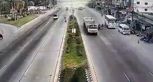 مرگ ناگهانی موتورسوار پس از برخورد لاستیک یک کامیون + فیلم