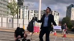 رفتار زننده گزارشگر تلویزیون با یک شهروند در خیابان + فیلم