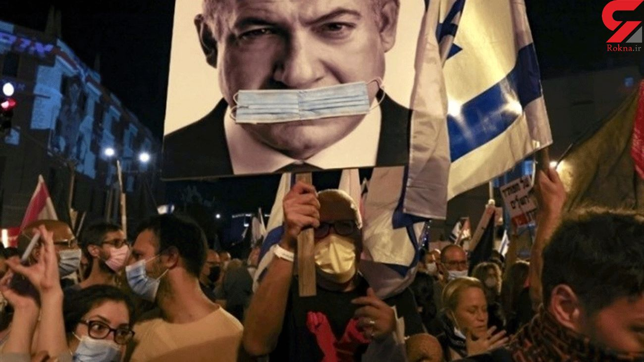 Protesters outside Netanyahu's House Demand Resignation of 'Crime Minister'