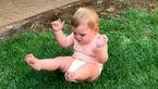 واکنش جالب یک کودک که از چمن می ترسد + فیلم