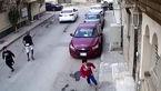 بلای شوم مرد ساطورکش بر سر 2 کودک در کوچه خلوت +فیلم