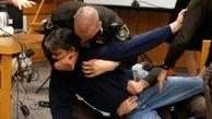 حمله پدر یک دختر به پزشک شیطان صفت در دادگاه + فیلم و عکس