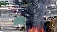 لحظه سقوط دکل برق بر اثر آتش سوزی + فیلم