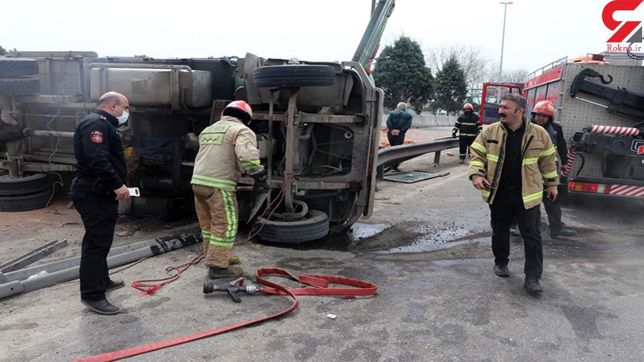 نجات راننده حبس شده در حادثه واژگونی خاور / در ساری رخ داد