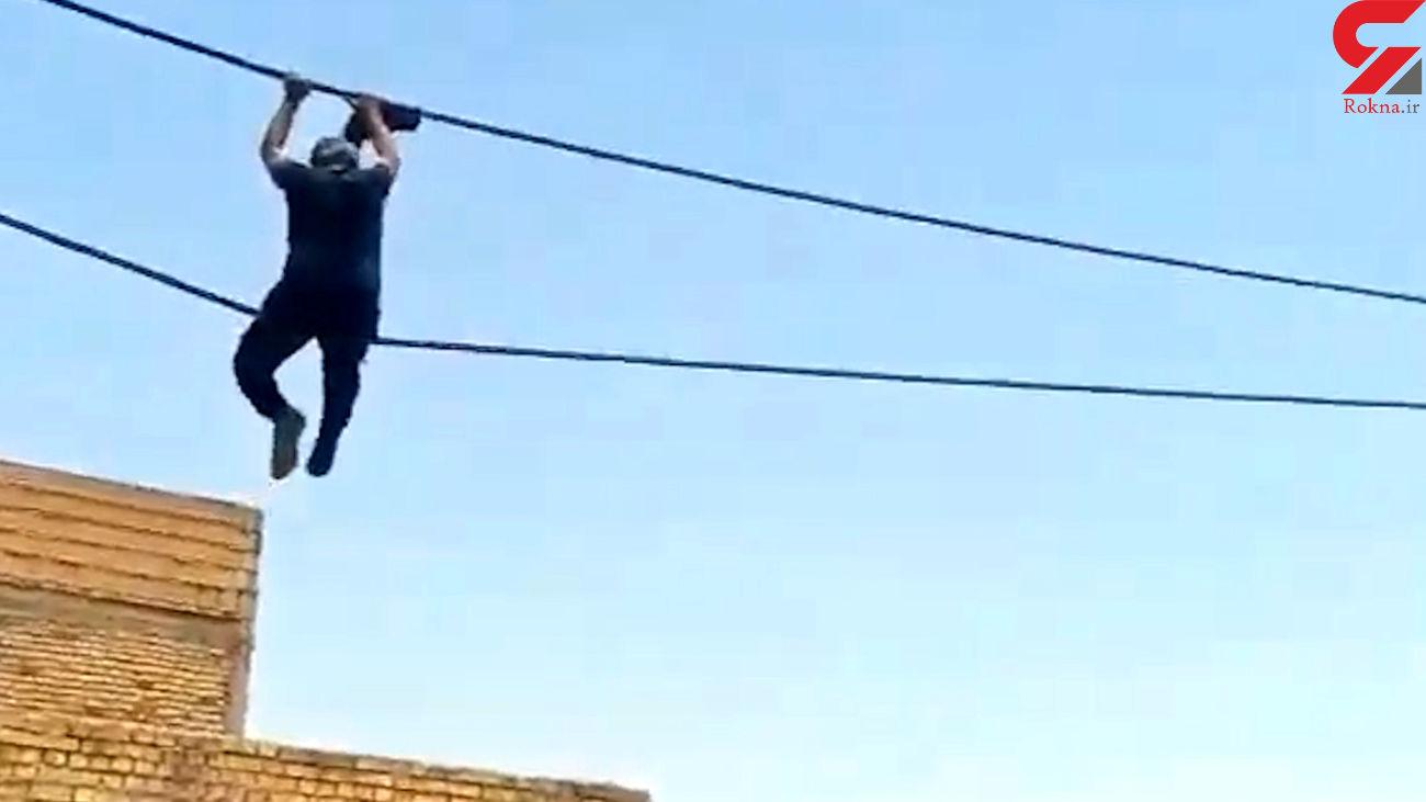 تاب بازی مرد روی سیم های فشار قوی در آبادان / او بازداشت می شود + فیلم دیدنی