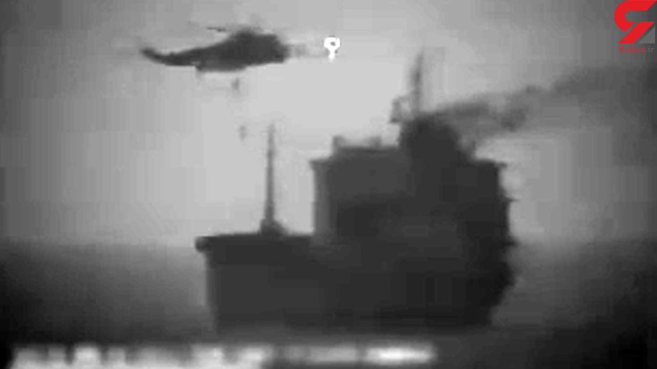 فیلم لحظه توقیف کشتی جاسوسی در تنگه هرمز توسط سپاه ایران / ساعتی پیش رخ داد