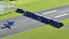 اتفاقی وحشتناک در باند فرودگاه / عبور قطار پرسرعت از وسط باند +عکس