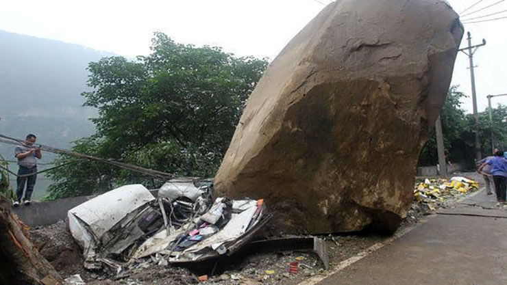 سقوط سنگ در جاده فشم جان راننده 20ساله را گرفت