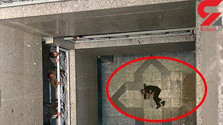 عکس 16+ / جسد دزد جوانی که از طبقه دوم دادسرا خود را پایین انداخت