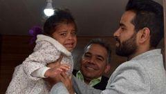 خبر خوب در میان سیل ویران کننده شیراز / دختر بچه سیل زده به آغوش پدر بازگشت+ تصاویر