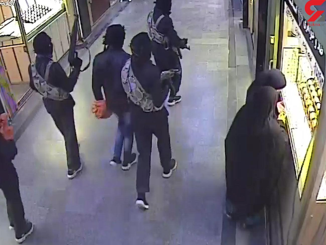 فیلم 16+ / لحظه سرقت مسلحانه مردان سیاهپوش از پاساژ طلای سراوان