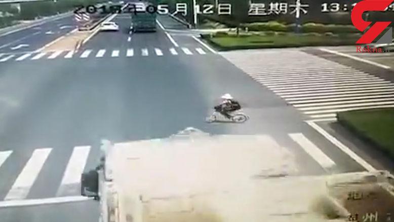 تصادف وحشتناک تریلی با دوچرخه سوار بی دقت + فیلم