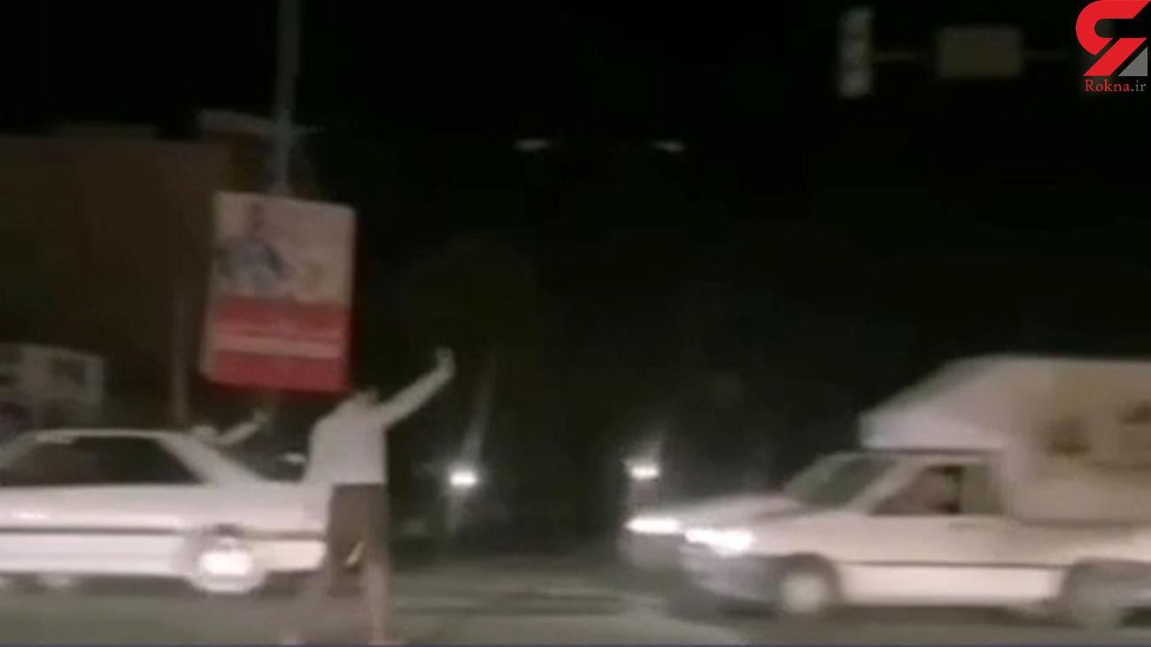 مرد یزدی هنگام قطعی برق چراغ راهنما شد + فیلم