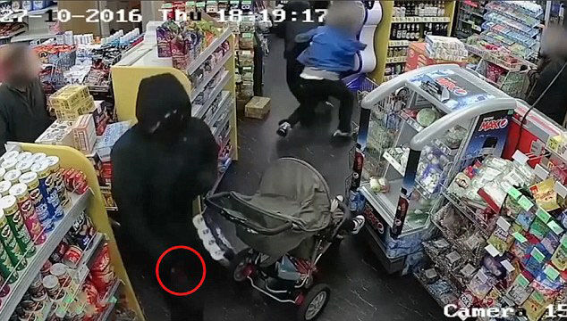 فیلم لحظه گرفتار شدن کودک نوپا در درگیری خونین فروشگاه +عکس