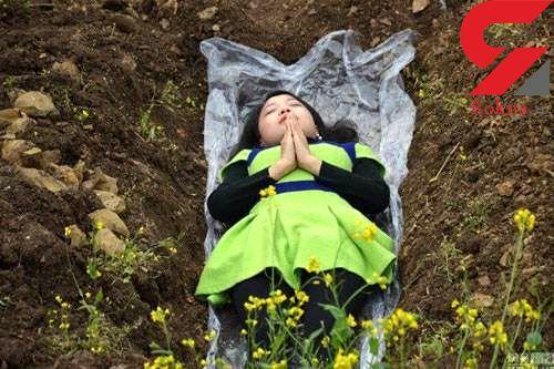 خوابیدن در قبر اقدام عجیب زنان پس از طلاق+تصاویر