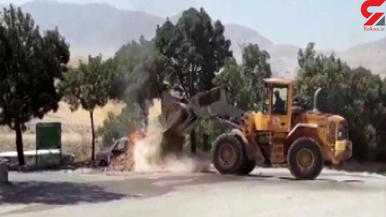 خاموش کردن خودروی آتش گرفته با لودر در اردل