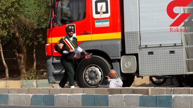 عکسی که امروز اشک همه ایرانی ها را در آورد / پسر چهار ساله ای که مقابل چشمان پدرش شهید شد