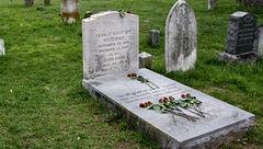 30 سال گریه کردن اشتباه بر سر قبر یک دختر +عکس