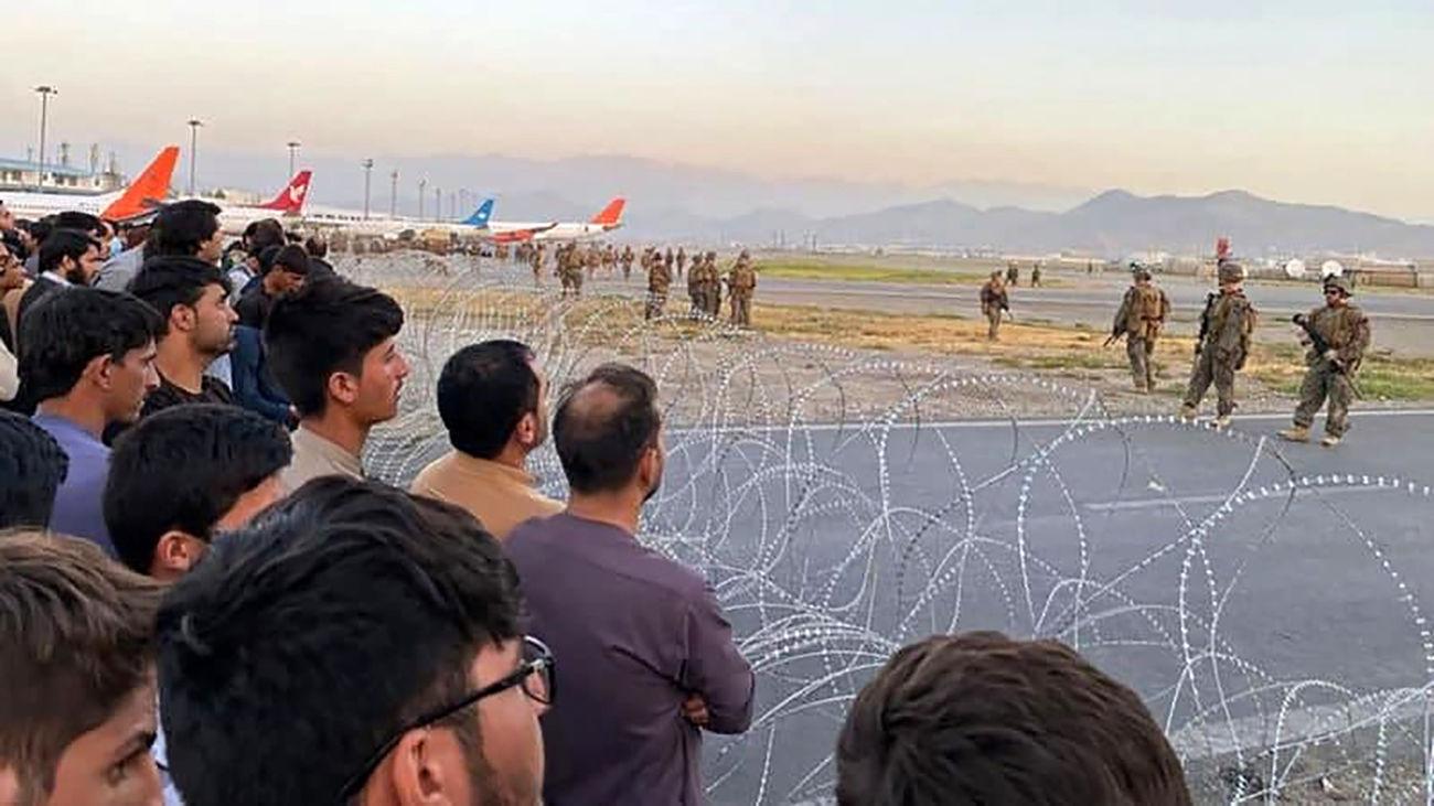 هرج و مرج و تیراندازی آمریکایی ها بسوی مردم در فرودگاه کابل + فیلم
