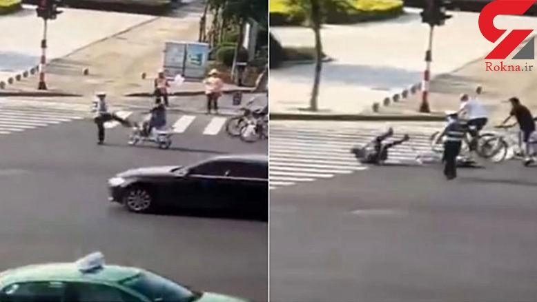 درگیری به خاطر لگد افسر پلیس به یک دوچرخه سوار در خیابان شلوغ +فیلم
