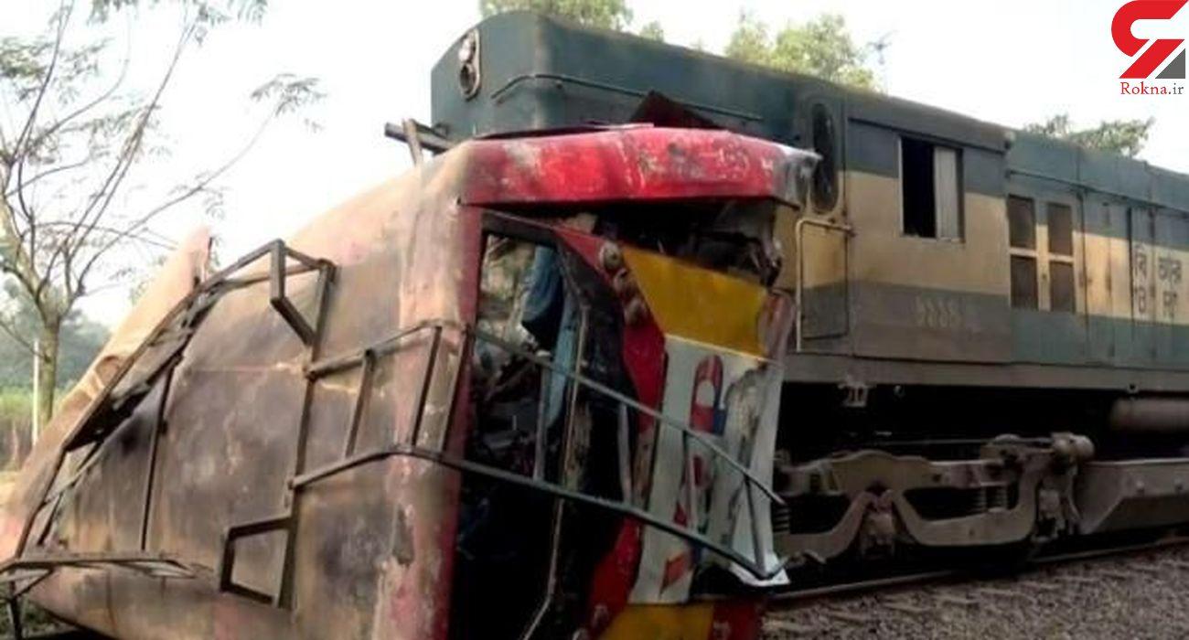 تصادف مرگبار قطار با اتوبوس مسافربری / 12 نفر کشته شدند / بنگلادش
